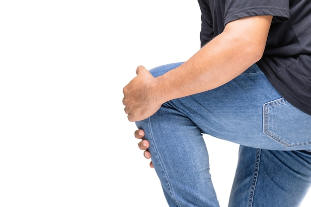 Uomo che tiene in ginocchio a causa del dolore