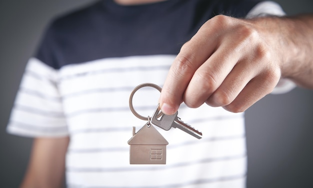 Uomo che tiene le chiavi di casa. immobiliare