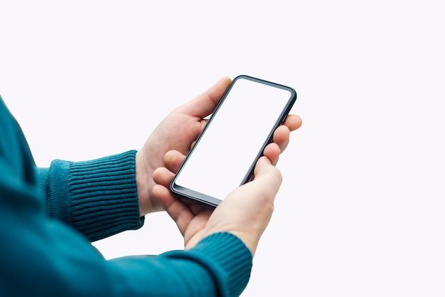 Uomo che tiene mock up smartphone con display bianco close up isolati su sfondo bianco.