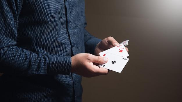 Uomo con carte da gioco su superficie marrone