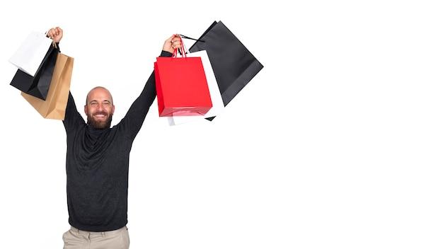 Uomo con borse della spesa guardando la fotocamera su sfondo bianco banner copia spazio black friday