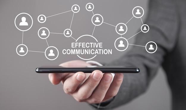 Uomo che tiene smartphone. concetto di comunicazione efficace