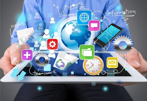 Uomo che tiene tablet con varietà di icone 3d colorate