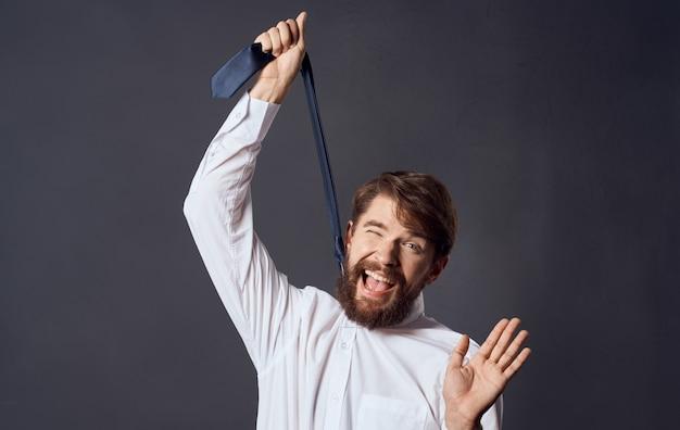 Uomo con cravatta in mano e soffocamento suicidio sfondo grigio modello vista ritagliata