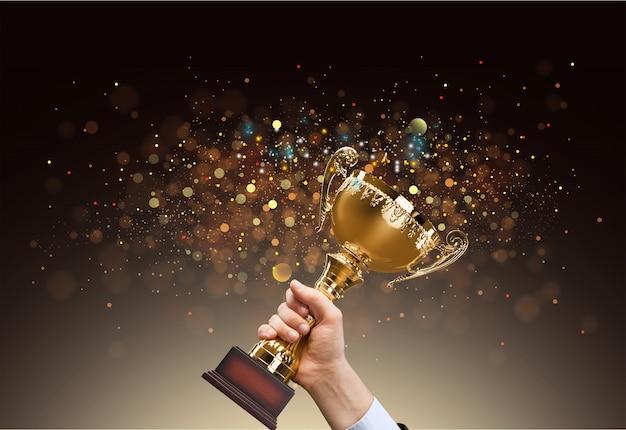 Uomo che regge una coppa trofeo d'oro con sfondo lucido astratto, copia spazio per il testo