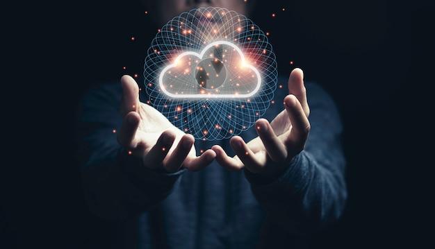 Uomo che tiene il cloud computing virtuale a portata di mano con la linea di connessione.