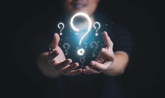 Uomo con punto interrogativo virtuale per domanda e risposta, soluzione dei problemi e concetto di soluzione.