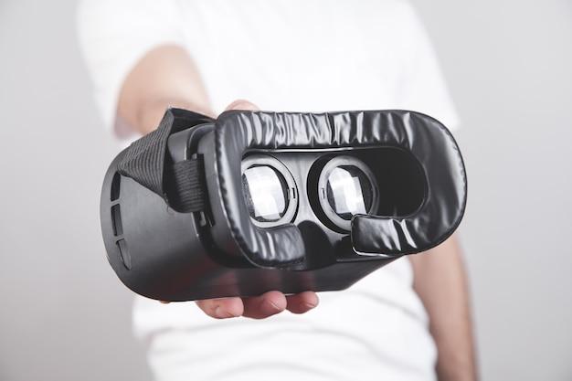 Uomo con occhiali vr. dispositivo di realtà virtuale