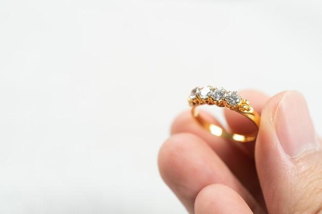 Uomo con anello di nozze su sfondo bianco