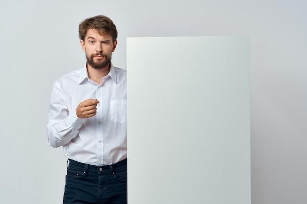 Uomo che tiene il fondo isolato annuncio di presentazione mockup bianco