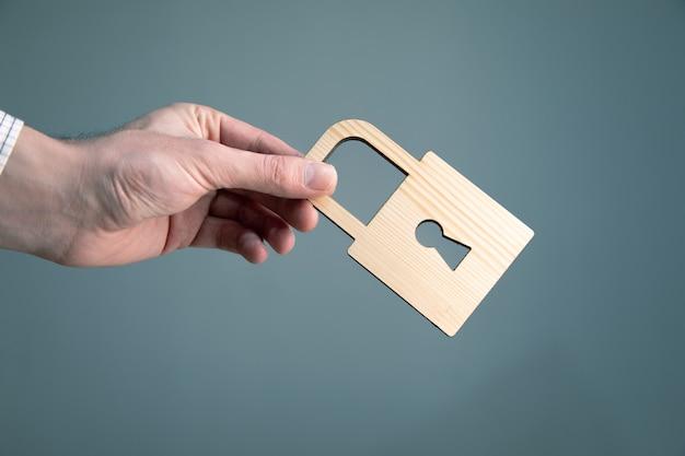 Uomo con serratura in legno