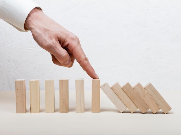 Uomo che tiene il concetto di pezzi di legno