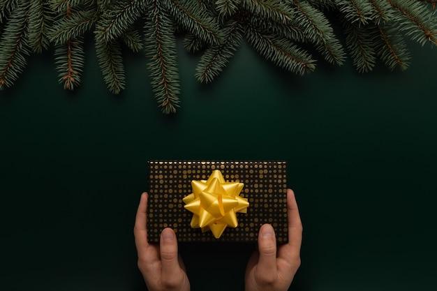 Un uomo tiene un regalo di natale nelle sue mani