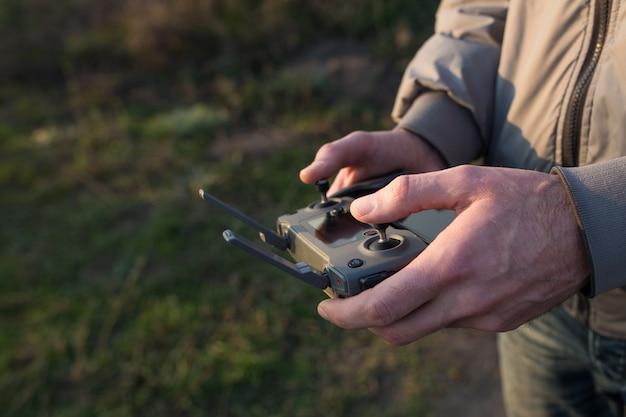 Un uomo tiene un pannello di controllo del drone nelle sue mani close-up.