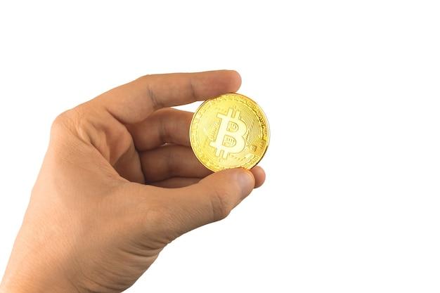 L'uomo tiene in mano la moneta bitcoin d'oro isolata sullo sfondo bianco foto