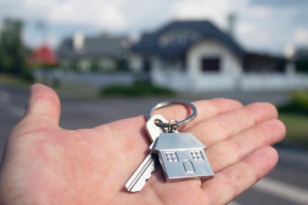 L'uomo tiene le chiavi della casa nelle sue mani