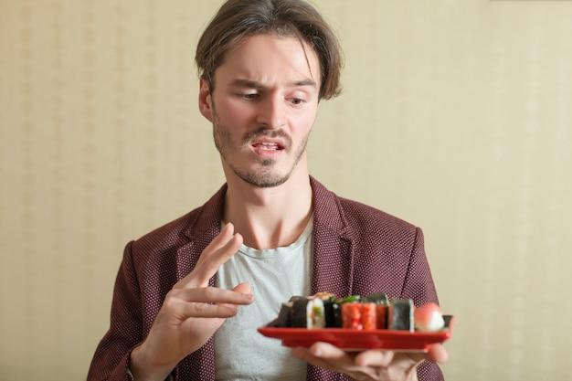 L'uomo tiene il set di sushi
