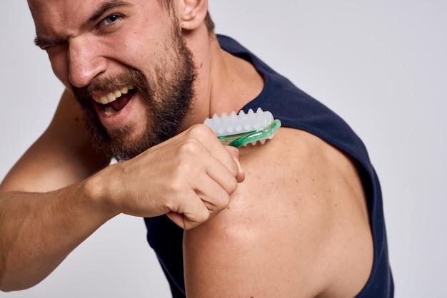 Uomo a casa che fa massaggio corpo e testa, rilassamento muscolare