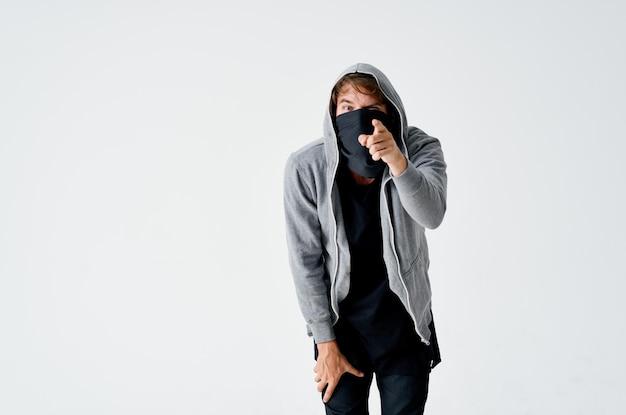 Un uomo in un cappuccio in una maschera furto con scasso furto anonimato crimine