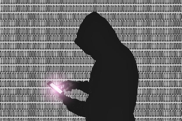 L'uomo in felpa con cappuccio sta hackerando i dati personali su sfondo verde. informazioni di sicurezza. concetto di virus virtuale. protezione delle informazioni. password errata.