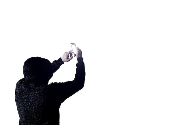 L'uomo in felpa sta hackerando la telecamera di sicurezza. protezione del concetto di informazione. dati personali.