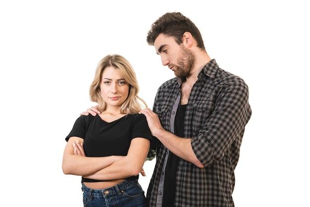 L'uomo abbraccia una donna sullo sfondo bianco