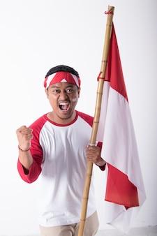 Uomo sulla festa dell'indipendenza dell'indonesia con la bandiera