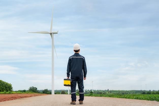 Uomo ingegneri di ispezione che preparano e controllo dei progressi di una turbina eolica