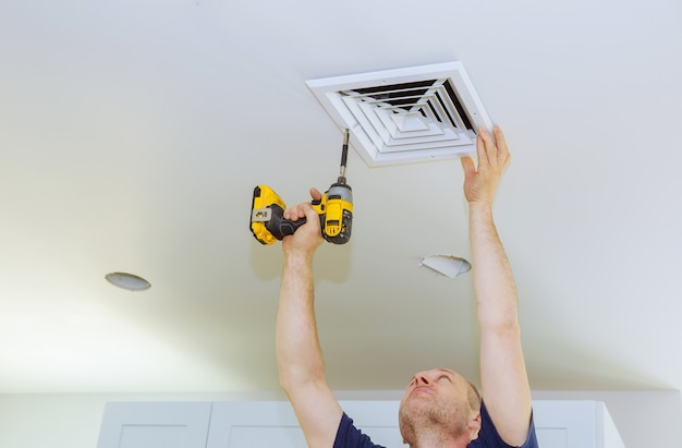 Installazione uomo di hvac, riscaldamento ventilazione e raffreddamento dopo la sostituzione del filtro dell'aria.