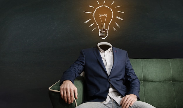 L'uomo al posto della lampadina della testa