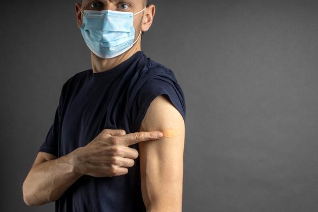 L'uomo ha introdotto il vaccino contro il coronavirus