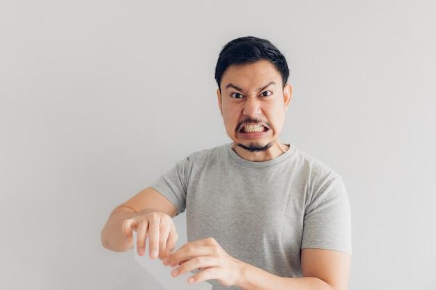L'uomo è arrabbiato con il messaggio di posta elettronica o il conto.