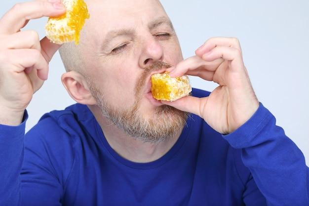 L'uomo è appetitoso mangia miele