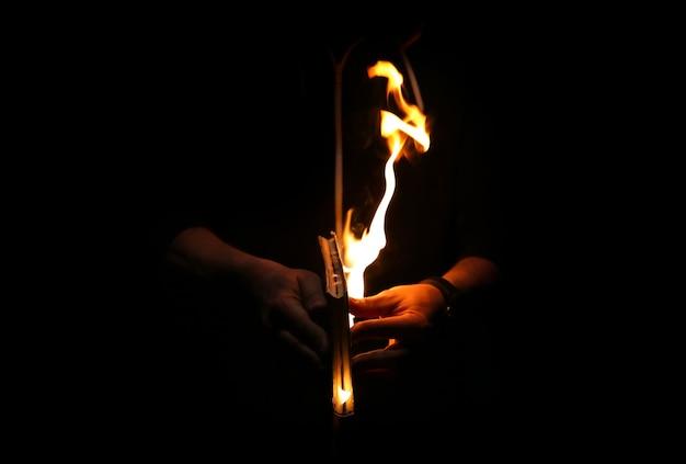 L'uomo tiene in mano un libro in fiamme di notte. alla gente non piace leggere. problemi intellettuali.