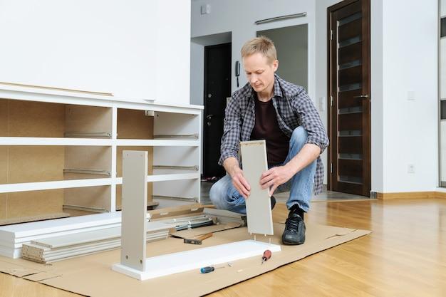 L'uomo sta unendo i pezzi del cassetto