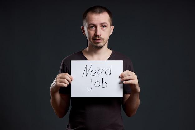 L'uomo cerca un'occupazione di lavoro isolata