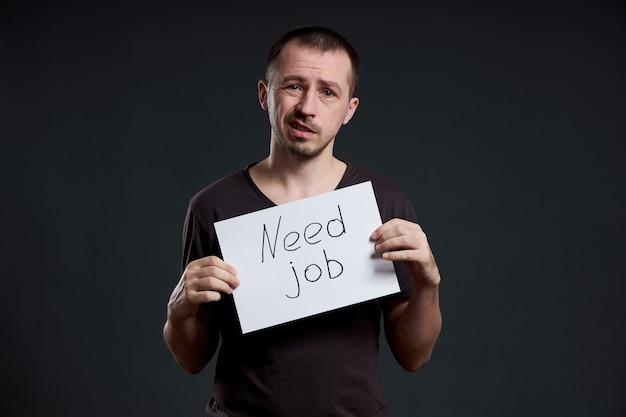 L'uomo cerca lavoro, disoccupazione e crisi. diverse emozioni sul viso, un segno nelle mani