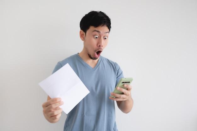 L'uomo è scioccato dal conto e dallo smartphone isolato.