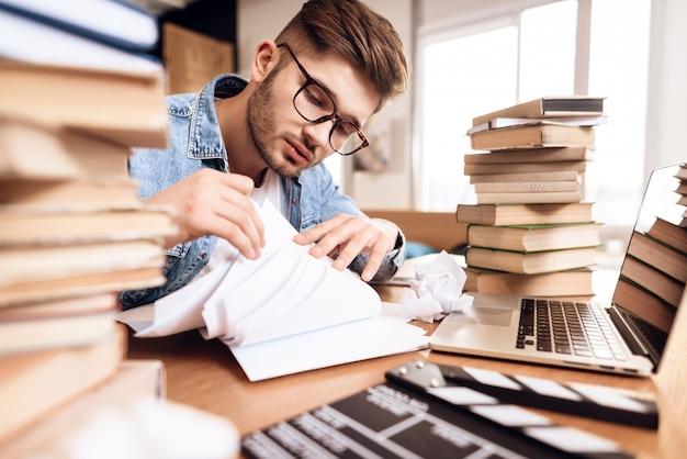 Un uomo sta ordinando i documenti in ufficio.
