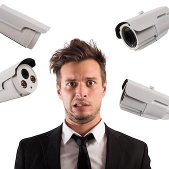 L'uomo è spiato da molte telecamere