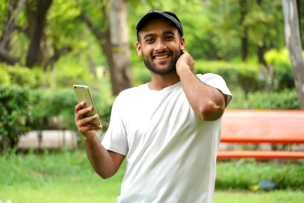 L'uomo sta usando la rete 5g veloce nel suo cellulare