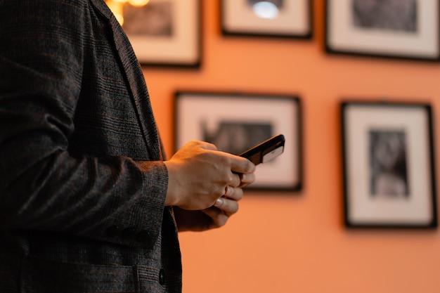L'uomo sta usando il telefono nella galleria fotografica