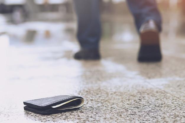 L'uomo sta camminando dopo aver perso la sua borsa per strada