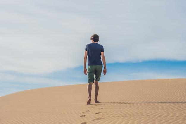 Un uomo sta camminando nel deserto del vietnam, mui ne