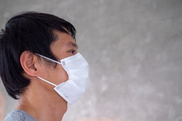 Un uomo indossa una maschera per prevenire il virus covid-19