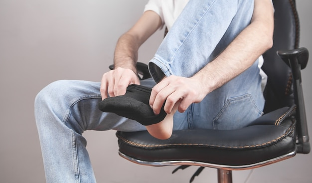 L'uomo indossa i calzini ai piedi.
