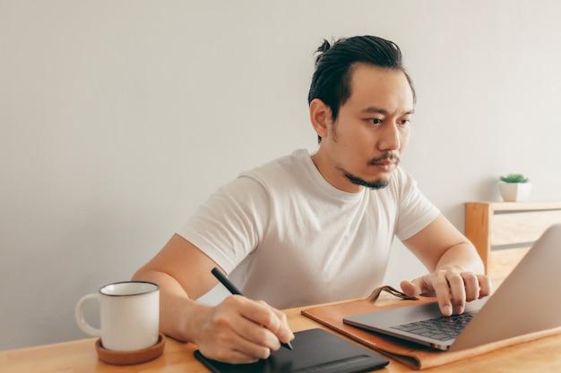 L'uomo sta lavorando nel suo appartamento