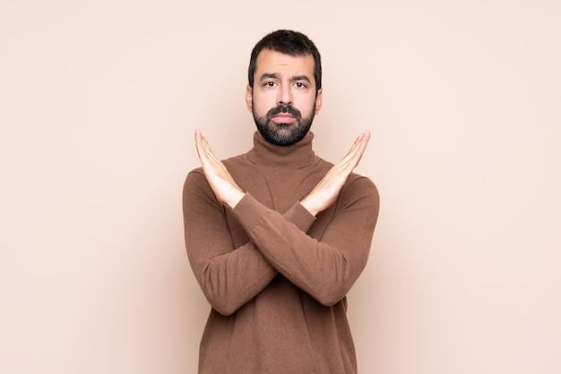 Uomo sopra la parete isolata che non fa gesto