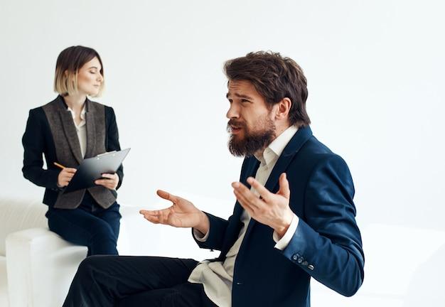 Uomo per colloquio di lavoro che assume curriculum di lavoro vacante di donna