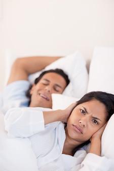 L'uomo tiene sveglia la sua ragazza con il russare